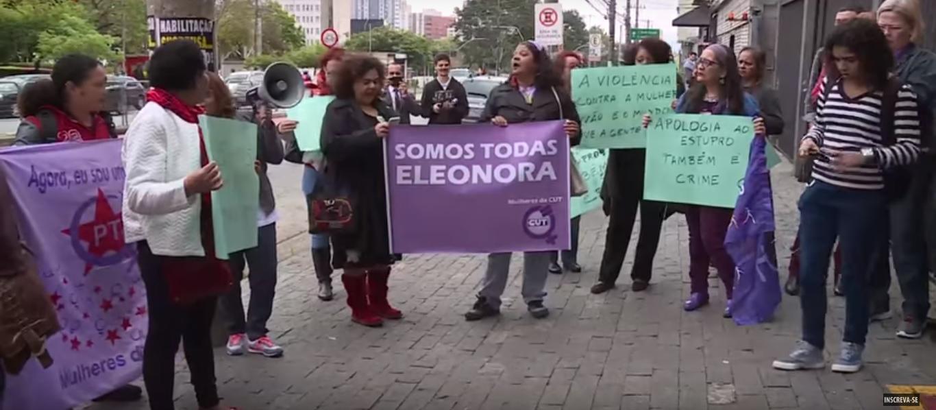A foto da TVT de ato de mulheres em frente ao Juizado Especial Cível, no centro de São Paulo, em apoio a ex-Ministra.