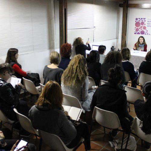 Várias pessoas sentadas numa sala em uma palestra